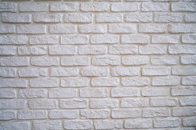 Białe ściany ceglane w stylu skandynawskim